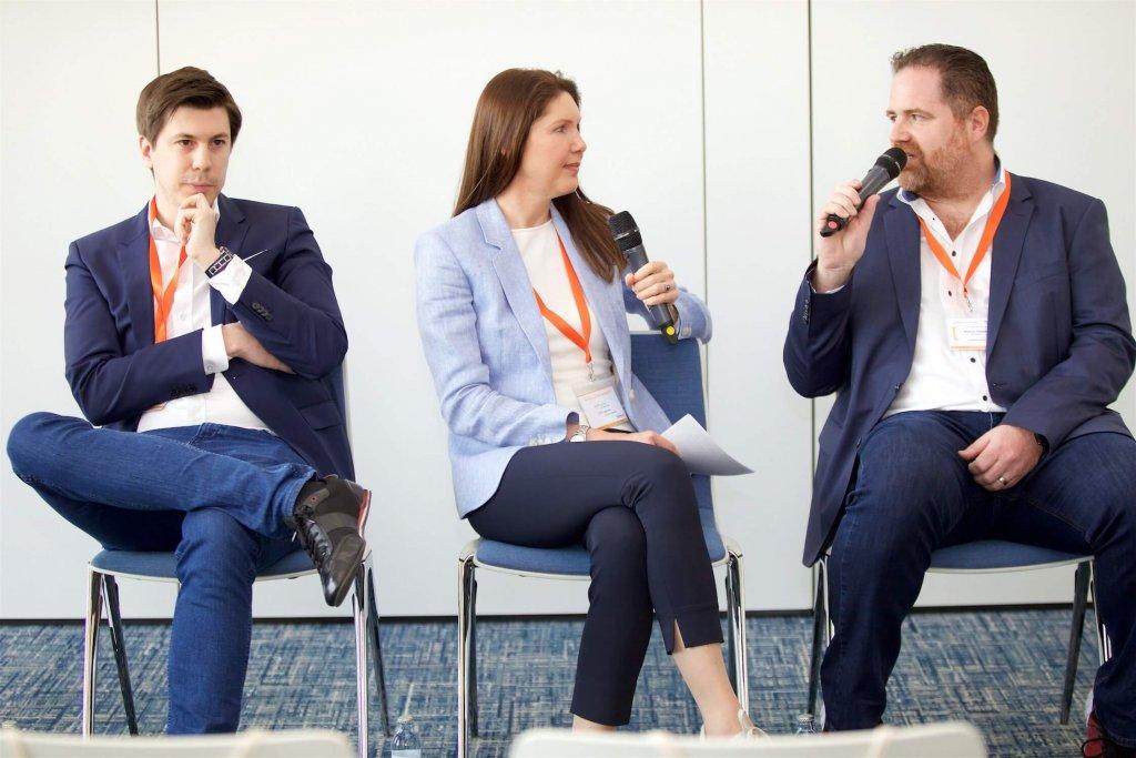 Marco Vitula, Petra Hauser und Mathias Sadjadi beim Fireside-Chat der JETZT Conversion