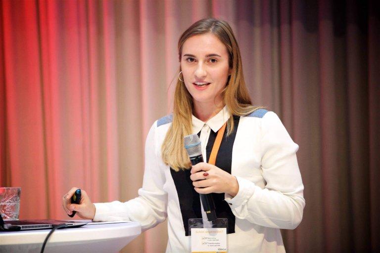 """Sabrina Egle, Voice User Interface Architect bei der VUI.agency in Berlin und Wien, hielt bei der JETZT Voice einen Workshop mit dem Titel """"Das Zeitalter der Sprachassistenten: Wie meistern Unternehmen den Weg zur One-to-One Kommunikation mit Ihren Kunden?""""."""