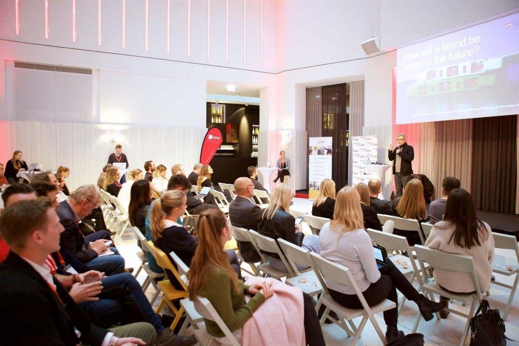 An den beiden Konferenztagen der JETZT Voice am 19. und 20. November vermittelten Voice-Commerce-Profis von Dienstleistern, Agenturen und Unternehmen der werbetreibenden Wirtschaft, wie sich Marketing und Werbung auf das Trendthema digitale Sprachsteuerung einstellen sollten.
