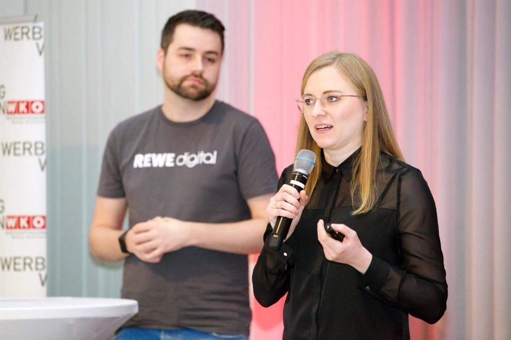 """Mit der """"Evolution des REWE Assistant"""" beschäftigten sich im Rahmen der JETZT Voice Melanie Weitz und Volkmar Vogel von REWE digital aus Köln und gingen dabei nicht zuletzt auf das Thema Voice UX Research ein."""