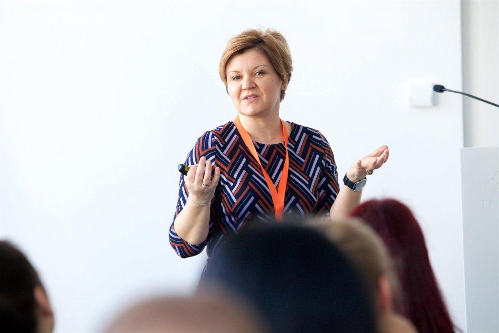 """Michaela Foißner-Riegler, Head of Human Resources bei karriere.at, lieferte in ihrem Vortrag am Conference Day der JETZT Recruiting Einblicke in die """"(R)Evolution Arbeit""""."""
