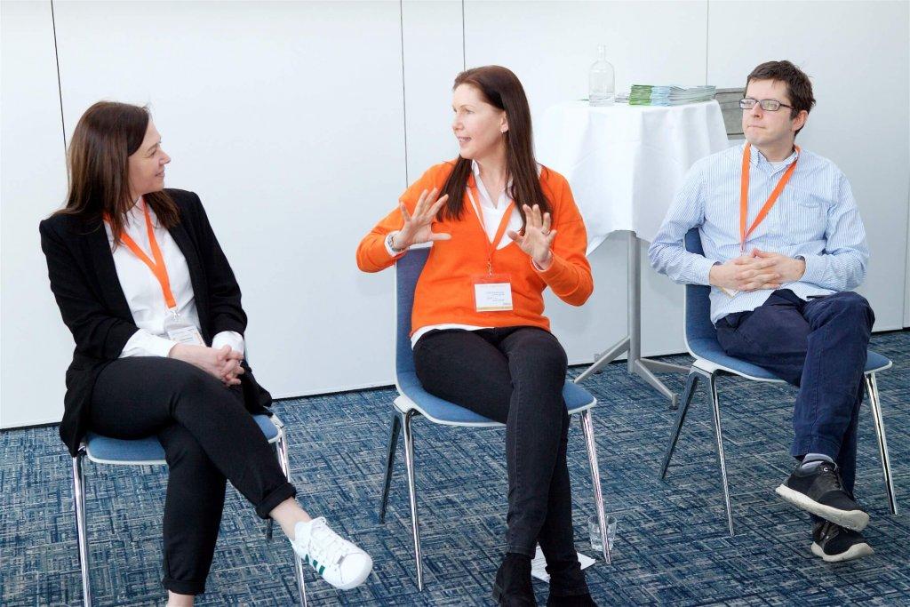 Petra Hauser (Mitte), Geschäftsführerin Talent Garden Austria, moderierte am Conference Day der JETZT Recruiting ein Panel zum Themenfeld Künstliche Intelligenz im Personalmarketing mit Kristina Knezevic von XING (links) und Clemens Wasner von Enlite AI (rechts).