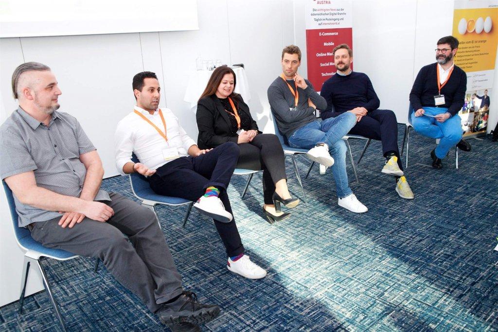 """Ritchie Pettauer (Pettauer.net), Jubin Honorfar (whatchado), Andrea Znidar (Microsoft), Karl Edlbauer (hokify), Arnim Wahls (Firstbird) und Moderator Michael Köttritsch ( """"Die Presse"""") bestritten am Conference Day der JETZT Recruiting eine Podiumsdiskussion über """"die verschlungenen Pfade der Candidate Journey""""."""