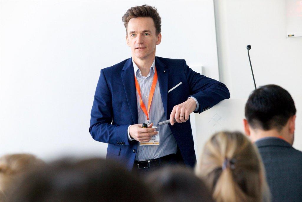 """Herbert Pratter, Managing Director der Mediaagentur Vizeum und Teil des globalen Talente Management Programms """"Route 500"""" von Aegis Media, stellte am Conference Day der JETZT Recruiting """"Die cleversten neuen HR-Tools und -Services der Welt und warum man sie nutzen sollte"""" vor."""
